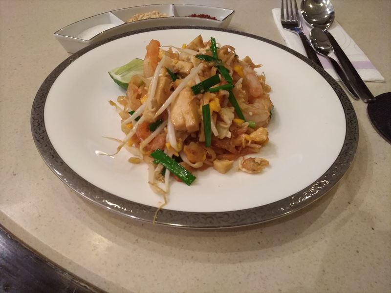 ロイヤルファーストクラスラウンジ 提供料理 タイ航空 パッタイ