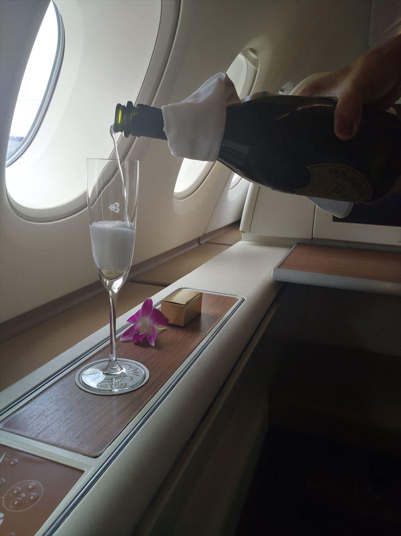 ファーストクラス ドンペリ 出発前 タイ航空